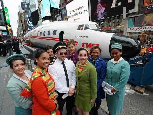 Ende März auf Werbetour am Times Square in Manhattan: Die renovierteLockheed Constellation 1649A aus den 50er Jahren mit Stewardessen in Retro-Kostümen