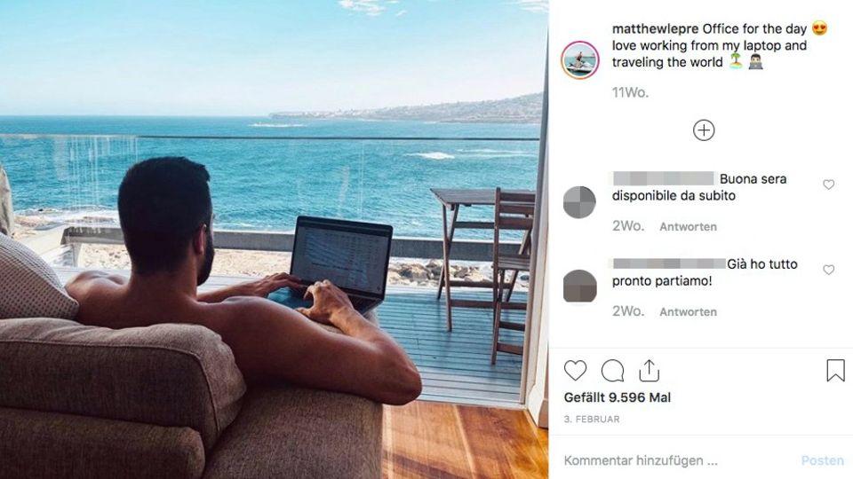 Der Millionär von hinten an seinem Laptop am Strand