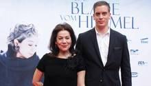 """Hannelore Elsner und ihr Sohn Dominik kommen 2011 zur Premiere des Films """"Das Blaue vom Himmel"""" in Essen."""