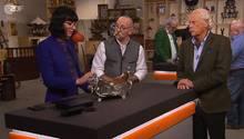 """""""Bares für Rares""""-Expertin Heide Rezepa-Zabel erklärt Horst Lichter und Verkäufer Christian Büchting den Aufbau der Silberblumenschale"""