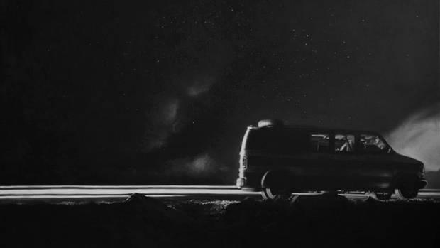Ein mit Flüchtlingen vollgepackter Van fährt durch die Nacht