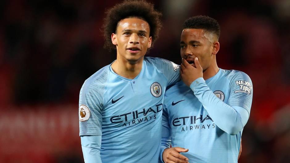 Manchester Citys Leroy Sané (links)