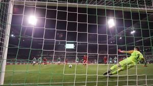 Robert Lewandowski verwandelt Strafstoß gegen Bremen