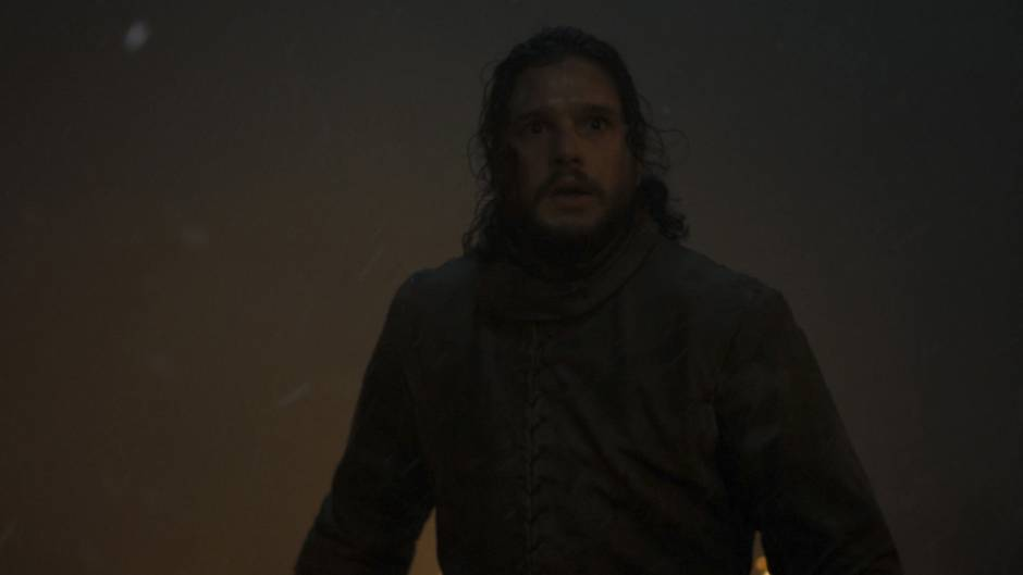 Jon Schnee sieht in diesem Bild schon reichlich abgekämpft aus. Um ihn herum lodert das Feuer.Vermutlich handelt es sich um eine Aufnahme aus der Endphase des Kampfes - steht er hier womöglich dem Nachtkönig gegenüber?