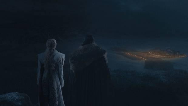 Die Liebesbeziehung von Westeros' Vorzeigepärchen dürfte nach Jons Enthüllung am Ende der zweiten Episode deutlich abgekühlt sein. Doch bevor sich Jon Schnee und Drachenkönigin Daenerys mit Details aufhalten, müssen Sie erst einmal den morgen überstehen.
