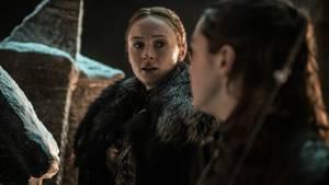 Nehmen auch an der Schlacht teil: Die beiden Schwestern Arya und Sansa Stark. Während Arya mit ihrer neuen Waffe (Kudos noch einmal an Gendry, den Schmied) den einen oder anderen Weißen Wanderer erledigen dürfte ...
