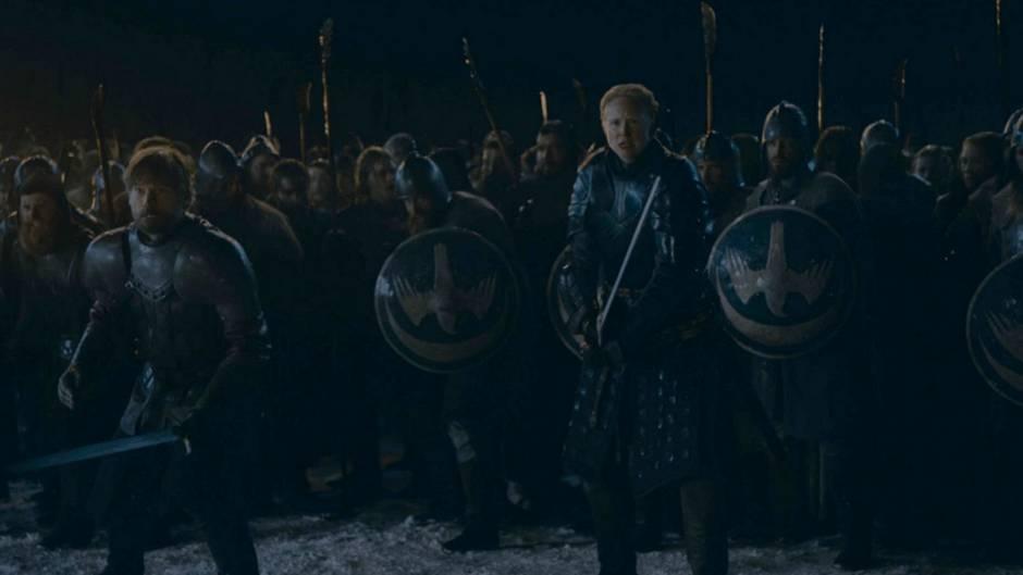 Eben noch schlug Jaime Lennister die kampferprobte Brienne von Tarth zur ersten Ritterin der sieben Königreiche, nun kämpfen sie Seite an Seite gegen die Untoten. Und Jaimes Gesichtsausdruck lässt vermuten, dass die Zuschauer in dem Kampf noch eine Überraschung erwartet.
