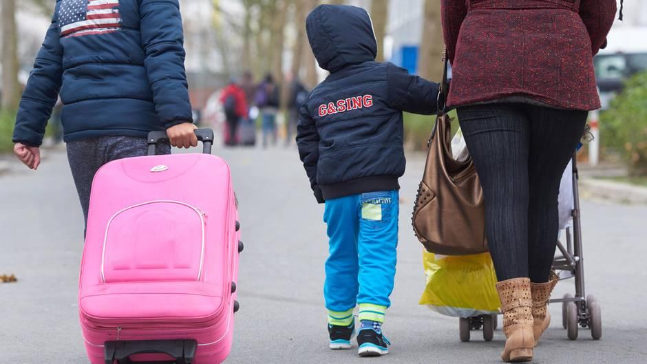 Eine asylsuchende Flüchtlingsfamilie kommt in einer Erstaufnahmeeinrichtung in Nordrhein-Westfalen an.