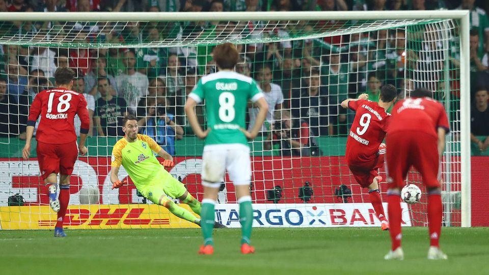 Robert Lewandowski verwandelt den Straßstoß gegen Werder zum 3:2-Sieg und schießt den FC Bayern ins Pokal-Finale