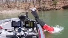 Angler springt ins Wasser