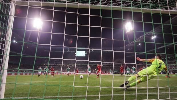 Bremens Torwart Jiri Pavlenka kann den Elfmeter von Münchens Robert Lewandowskizum 3:2-Siegtor nicht parieren