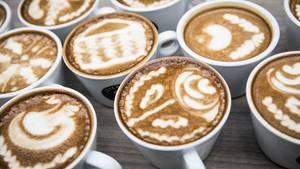 Mehrere Tassen Cappuccino mit Verzierung