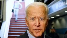 Joe Biden, ehemaliger Vizepräsident der USA, spricht am Bahnhof mit Journalisten.