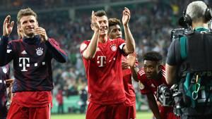 Münchens Thomas Müller (l) und Robert Lewandowski jubeln nach dem Spiel über den Sieg