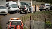 Polizisten auf Teneriffa stehen bei einer Suchaktion in einer Straße, die zu einer Höhle führt