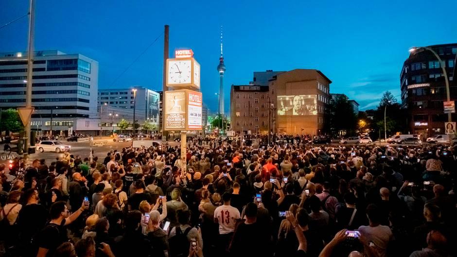 Rammstein-Fans blockieren in Berlin die Kreuzung an derEcke Torstraße/Prenzlauer Allee, um das neue Video an einer Hauswand zu sehen.