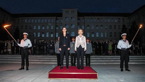 Ex-Staatssekretärin Katrin Suder – hier bei ihrer Verabschiedung im vergangenen Mai neben Ursula von der Leyen – steht im Zentrum der Affäre
