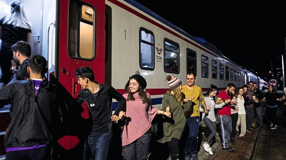 Eine Polonaise an den Liegewagen. Studenten aus der Stadt Kayseri nutzen einen kurzen Halt zum Tänzchen.