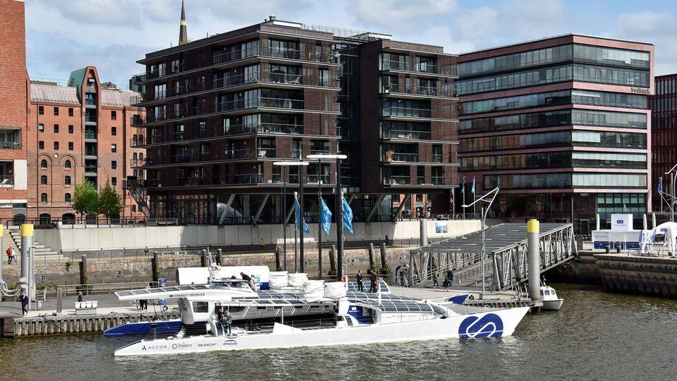 """Das Hightech-Schiff hat in Hamburgs Hafencity vor den Magellan-Terassen festgemacht: Die """"Energy Observer"""" ist das erste Wasserstoffschiff der Welt ohne Treibhausgasemissionen und Feinstaub."""