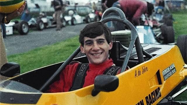 Blutjung vor dem dem Beginn einer außergewöhnlichen Karriere: Mit 21 Jahren fuhr Aryton Senna in der Rennserie Formel Ford 1600. Er gewinnt zwölf der 19 Rennen und holt überlegen den Titel. Der wohlhabende Sohn einer Industriellenfamilie aus Brasilien will nur eines: Formel 1-Rennfahrer werden. Noch muss er sich aber zwei Jahre gedulden.