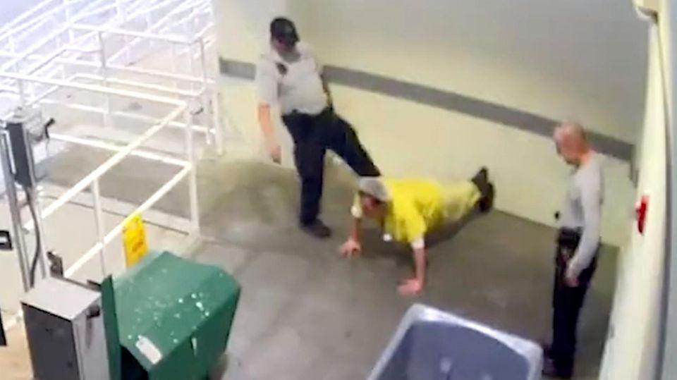 Polizist tritt Häftling und wird entlassen
