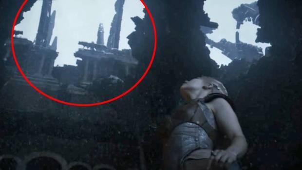 Daenerys hat am Ende der zweiten Staffel eine Vision, in der sie durch den zerstörten, schneebedeckten Thronsaal läuft. Das abgebrannte Dach liefert einen Hinweis darauf, was passiert sein könnte.