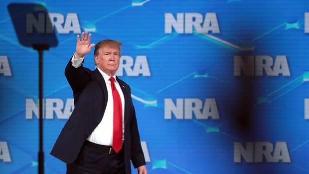 Mann wirft Telefon auf NRA-Bühne - wollte er Donald Trump treffen? Secret Service ermittelt