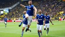 Schalkes Daniel Caligiuri feiert seinen Freistoßstreffer zum 3:1 gegen Dortmund