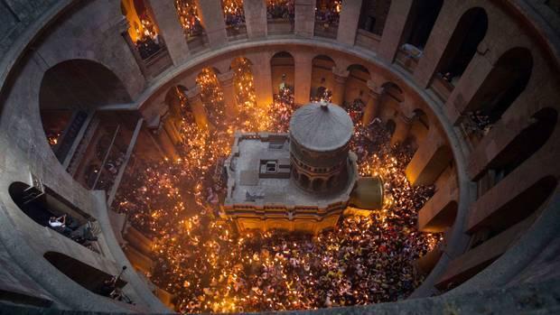Orthodoxe Christen halten am Tag vor dem orthodoxen Ostersonntag Kerzen, die von der Flamme des Heiligen Feuers in der Grabeskirche entzündet wurden.