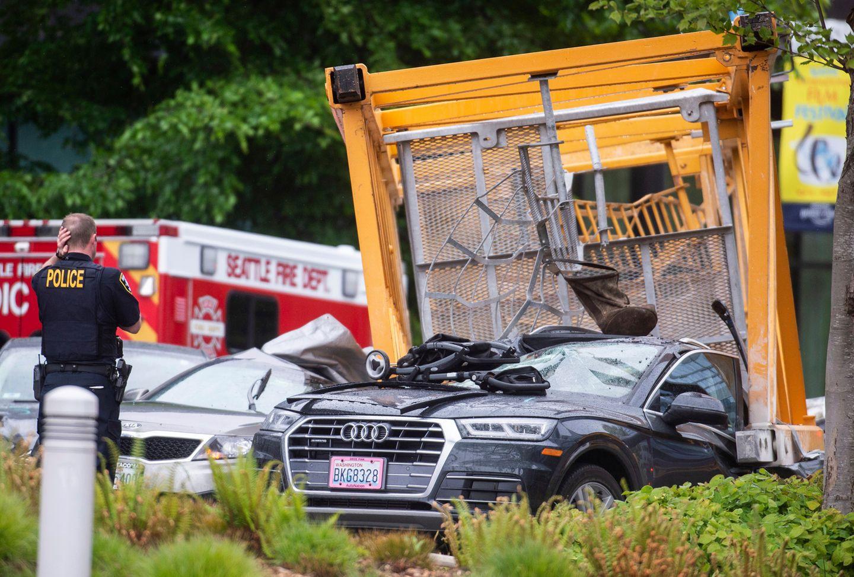 Der tonnenschwere Kran traf fünfPWKs auf der Straße darunter, ein weiterer Teil landete auf einem Gebäude