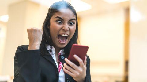 Auf dem Smartphone erfuhr die Frau von ihrem Lottogewinn (Symbolbild)