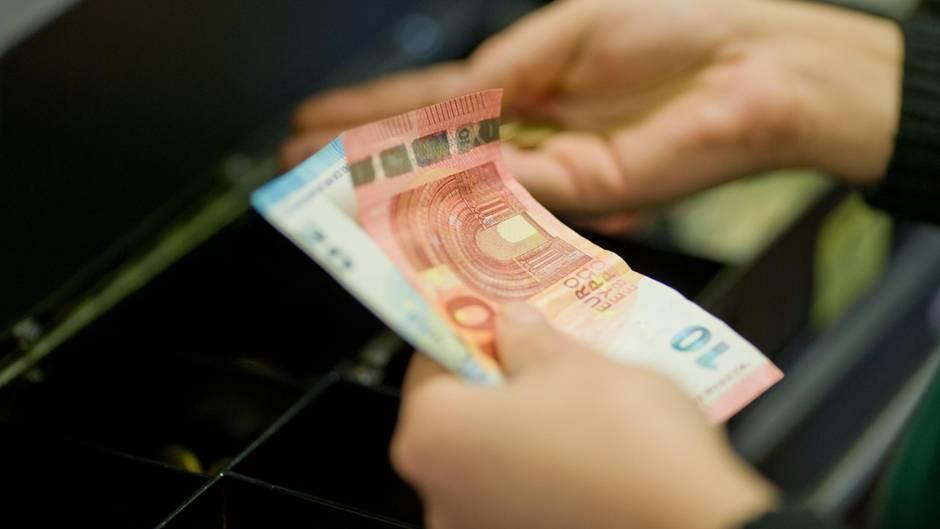 Schnelles Bargeld für den Notfall? Arbeitslosengeld-Vorschuss bundesweit im Supermarkt