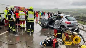 Demolierte Fahrzeuge stehen nach einer Massenkarambolage zwischen Suhl und Meiningen auf der Autobahn 71