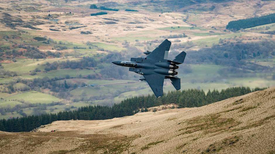 Globale Militärausgaben erneut gestiegen: Ein Kampfjet der USA fliegt zu Übungszwecken in Wales