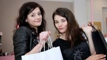 """Joyce Ilg (rechts) nahm bei """"Promi Shopping Queen"""" ihreSchwester Esther mit"""