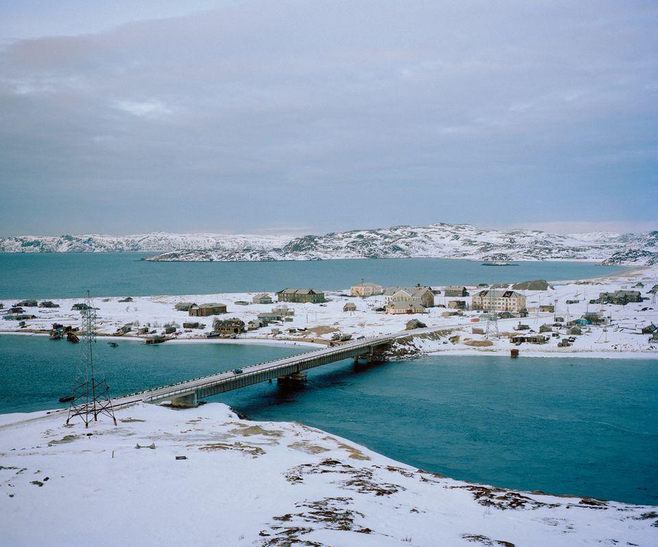 Das Dorf Teriberka liegt an der nördlichen Küste der Halbinsel Kola, rund 90Kilometer von Murmansk entfernt. Der Fischfang bescherte dem Örtchen in den 1930er-Jahren einen kleinen Aufschwung. Doch ab den 60er-Jahren verlor die Küstenfischerei an Bedeutung. Inzwischen leben nicht einmal 1000Menschen in dem Dorf.