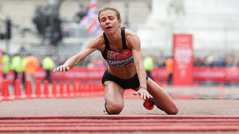 Unbändiger Wille trotz versagender Muskeln: Hayley Carruthers schleppt sich beim London Marathon ins Ziel