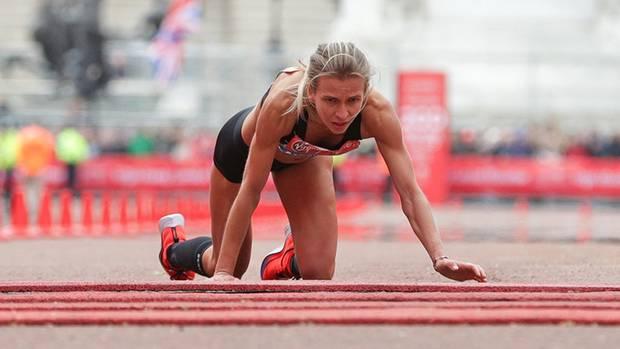 Hayley Carruthers musste auch die letzten Meter des London Marathon aus eigener Kraft bewältigen, notfalls eben auf allen Vieren