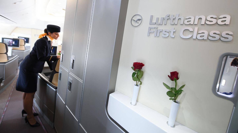 Die rote Rose als Zeichen für besten Service der Lufthansa: Die acht Plätze der First Class sind In der Boeing 747-8 im Bug platziert.