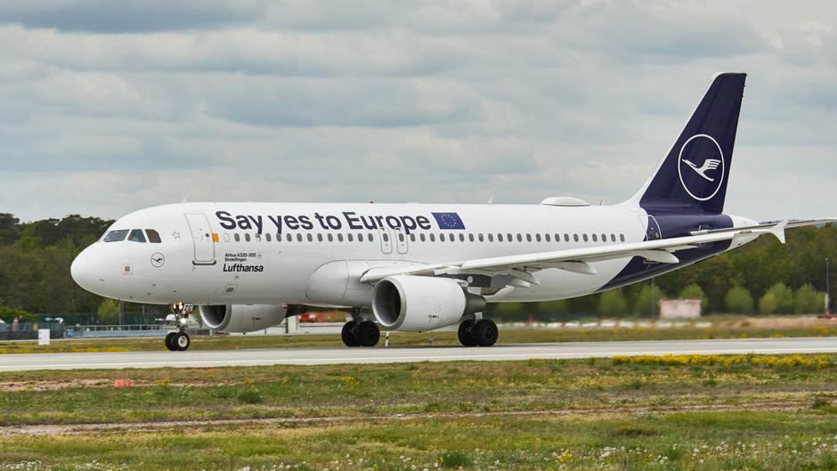 """Der neun Jahre alte Airbus A320 von Lufthansa hat nicht nur eineneue Standardlackierung ohne das melonengelbe """"Spiegelei"""" am Seitenleitwerk erhalten, sondern bekam vier Wochen vor der Europawahl gleich noch eine politische Botschaft verpasst.Wo sonst der Schrifttzug Lufthansa angebracht ist, heißt es jetzt: """"Say yes to Europe"""". Laut einer Presseerklärungsetze """"sich Lufthansa aktiv für eine hohe Wahlbeteiligung bei der Europawahl ein."""" Die Maschine dürfte auch zu Zielen in Großbritannien fliegen - und Brexit-Befürworter provozieren."""