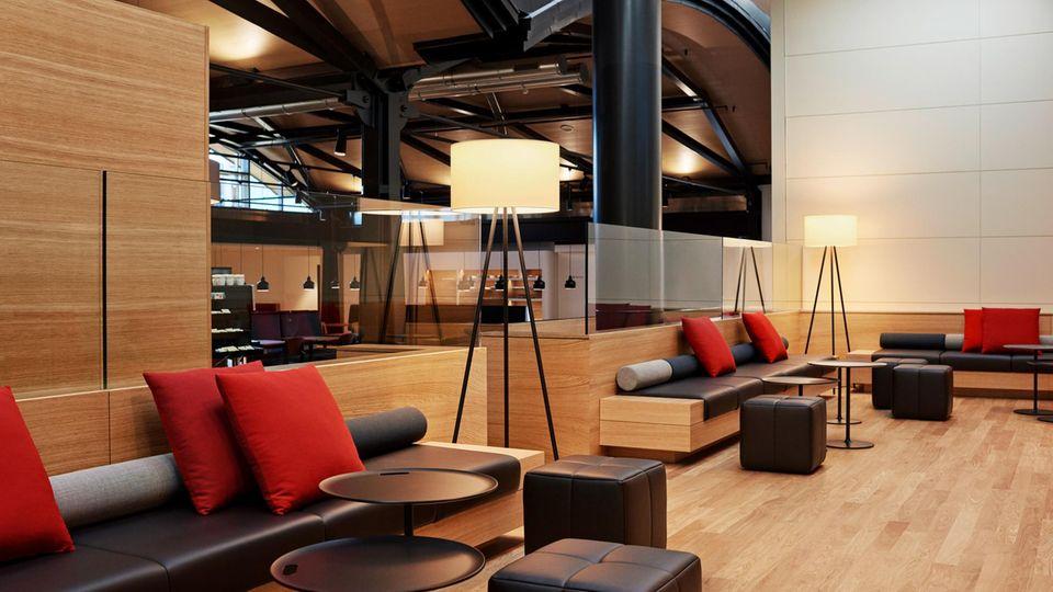 Als eine der wenigen Airlines weltweit verfügt die Swissauf all ihren Langstreckenflugzeugen über eine First Class. ImBild dieSenator Lounge im Terminal A am Flughafen Zürich.