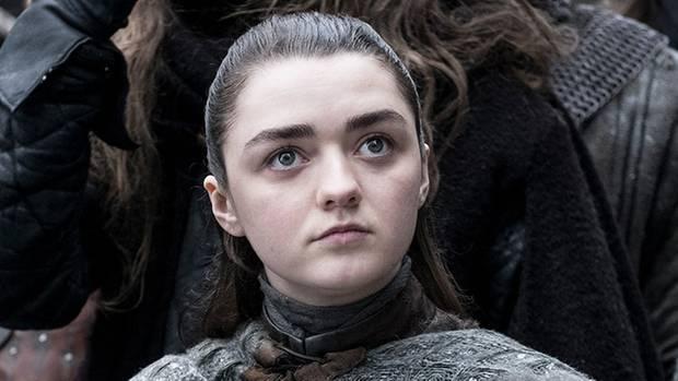 Auch Sansas Schwester Arya ist schon lange nicht mehr das kleine Mädchen, das sie zu Beginn der Serie war. Mit ihrer Fähigkeit, die Gestalt zu wandeln und ihren Rachegelüsten hat Arya viel Potenzial. Hier ist sie zunächst noch als sie selbst zu sehen, gehüllt in die typische Kleidung aus Winterfell.