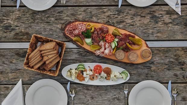 Stärken können sich Wanderer auf der Heßhütte bei einer deftigen Mahlzeit