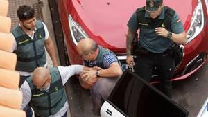 Polizisten führen den verdächtigen Familienvater auf Teneriffa ab