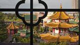 Phantasieland  In der Nähe von Köln steht der schon 1967 eröffnete Park mit seinen rasanten Achterbahnen, Wasserfahrten, Karussells und demVier-Sterne-Hotel Ling Bao (Foto).  Infos: www.phantasialand.de