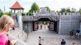 Playmobil Funpark  In dem 90.000 Quadratmeter große Park bei Zirndorf in Bayern lautet das Motto: spielen, bewegen, erleben! Daher gibt es hier weniger Fahrgeschäfte, sondern vor allem Spielstationen für kleinere Kinder wie ein Balancier-Parcours, eine Goldmine oder das Baumhaus mit Dinos.Im Juni eröffnet eine Pirateninsel.  Infos:www.playmobil-funpark.de
