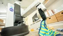 Das Lätzchen hat der Roboter korrekt erkannt. Nun wandert es zur Schmutzwäsche.