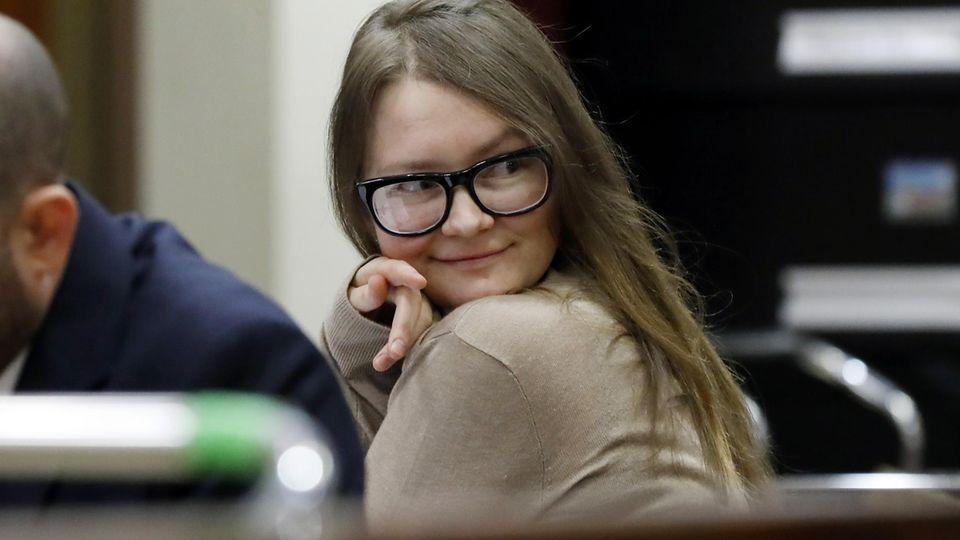 Anna Sorokin, alias Anna Delvey, im New York Supreme Court. Bis zu 15 Jahre könnte sie für ihre Machenschaften bekommen, das genaue Strafmaß wird am 9. Mai verkündet.