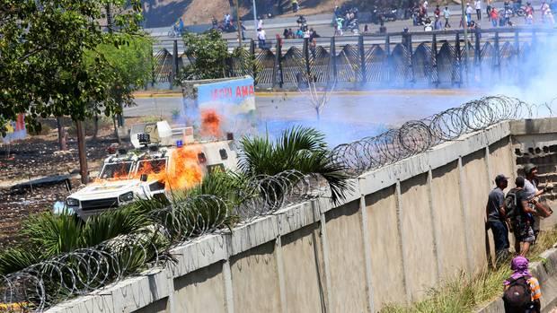 Demonstranten setzten Wurfgeschosse und Brandsätze ein