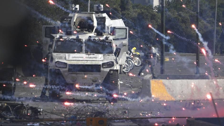 Venezuela, Caracas: Demonstranten attackieren Militärfahrzeuge